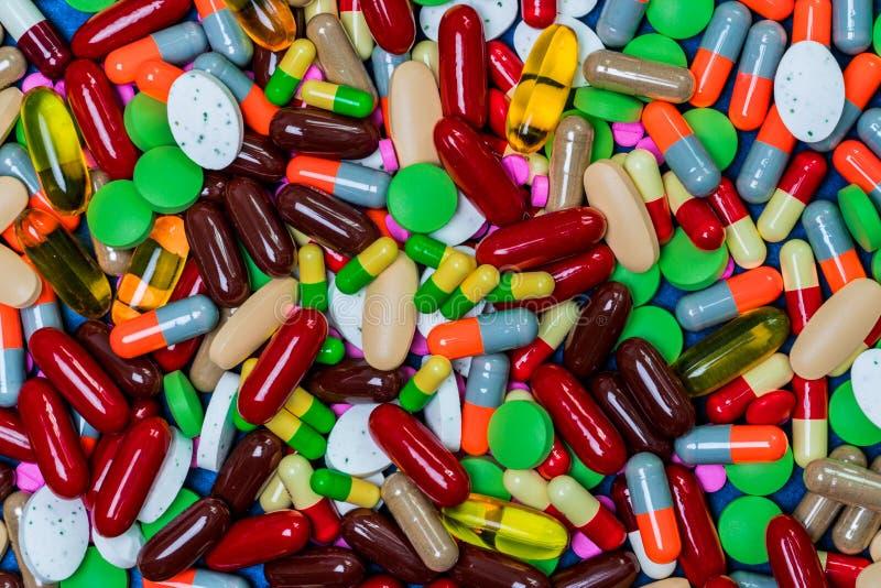 Volledig kader van kleurrijke tabletten en capsulespillen Antibiotisch weerstand en druggebruik met redelijk concept stock fotografie