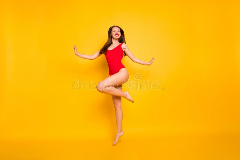 Volledig - kijkt de grootte zijfoto van het overweldigen grappige dame aardige extatisch springende hoge pool het collectieve roo stock afbeeldingen