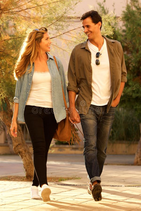 Volledig lengte gelukkig paar die samen en handen lopen houden royalty-vrije stock foto's