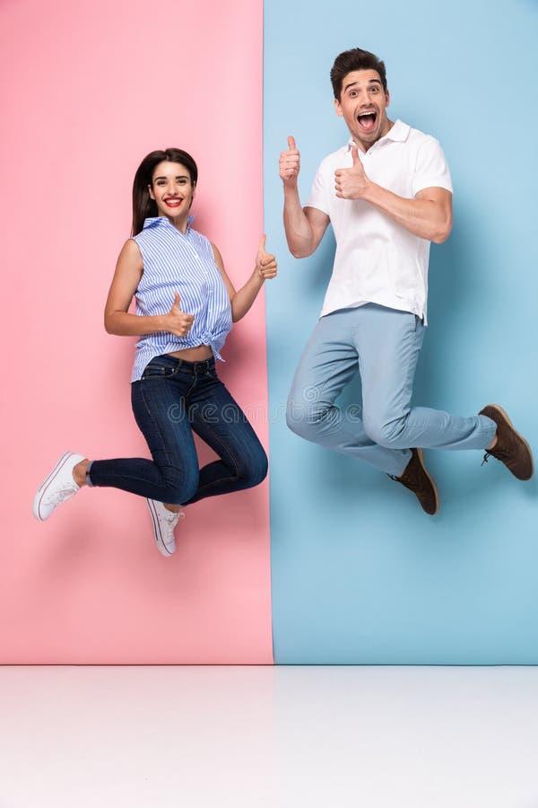 Volledig lengtebeeld van de vrolijke mens en vrouw in vrijetijdskledingsjumpi royalty-vrije stock foto