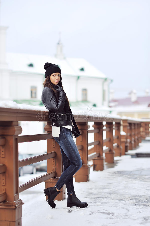 Volledig lengteportret van aantrekkelijke donkerbruine vrouw in de winter stock afbeelding