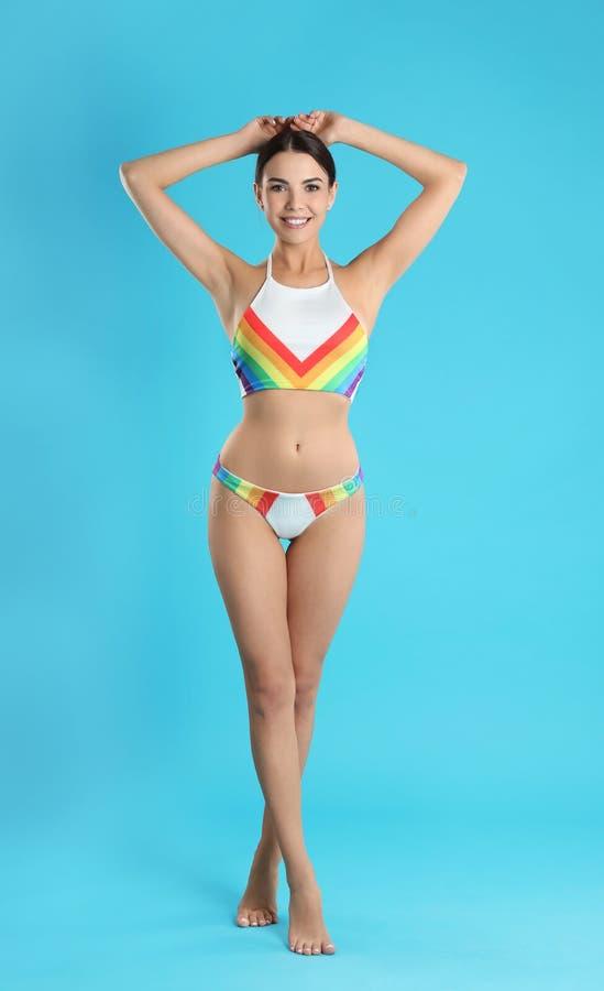 Volledig lengteportret van aantrekkelijke jonge vrouw met slank lichaam in swimwear stock fotografie
