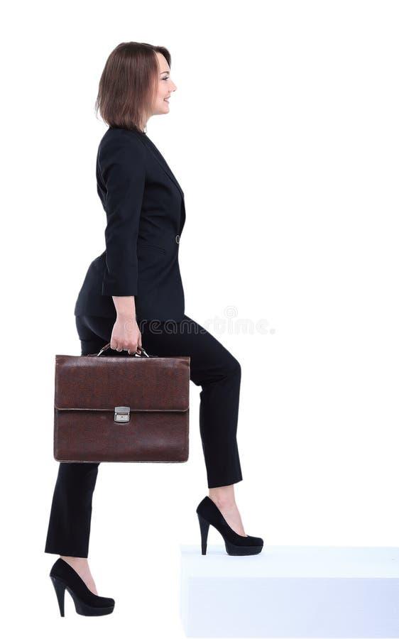 Volledig lengteportret van bedrijfsvrouw met aktentas het gaan royalty-vrije stock afbeelding