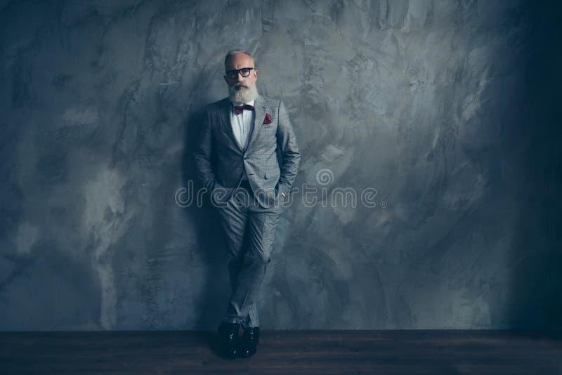 Volledig lengteportret van binnen het overweldigen van de perfecte brutale ruwe oude mens stock afbeelding