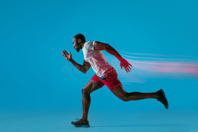 Volledig lengteportret van de actieve jonge spier lopende mens, royalty-vrije stock foto
