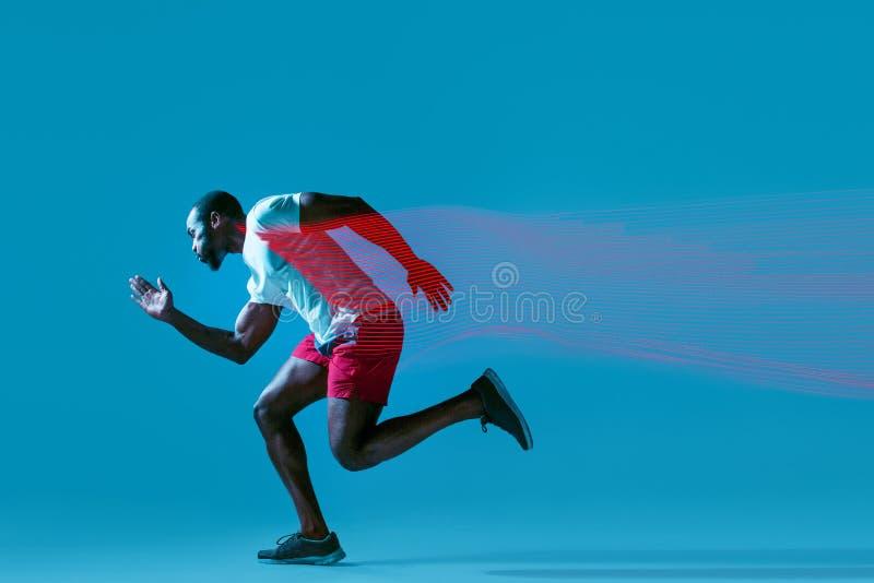 Volledig lengteportret van de actieve jonge spier lopende mens, royalty-vrije stock afbeelding