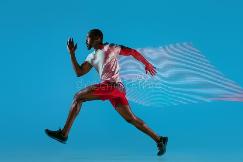 Volledig lengteportret van de actieve jonge spier lopende mens, stock foto's