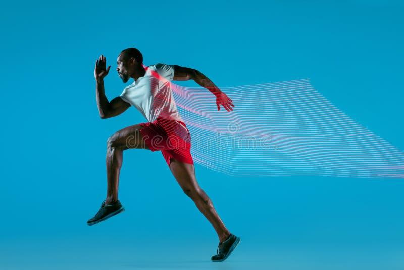 Volledig lengteportret van de actieve jonge spier lopende mens, royalty-vrije stock foto's