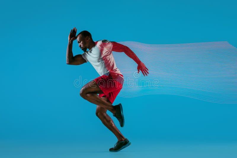Volledig lengteportret van de actieve jonge spier lopende mens, stock afbeeldingen