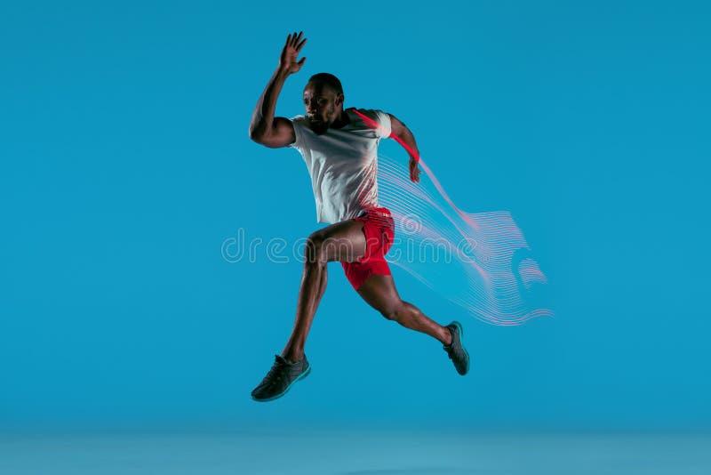 Volledig lengteportret van de actieve jonge spier lopende mens, royalty-vrije stock fotografie
