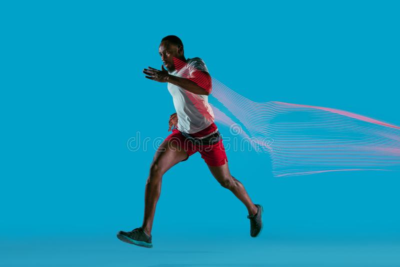 Volledig lengteportret van de actieve jonge spier lopende mens, royalty-vrije stock afbeeldingen