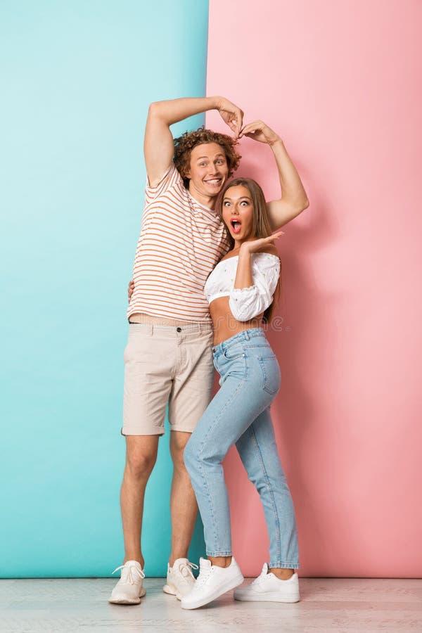 Volledig lengteportret van een gelukkig jong paar in liefde royalty-vrije stock foto's