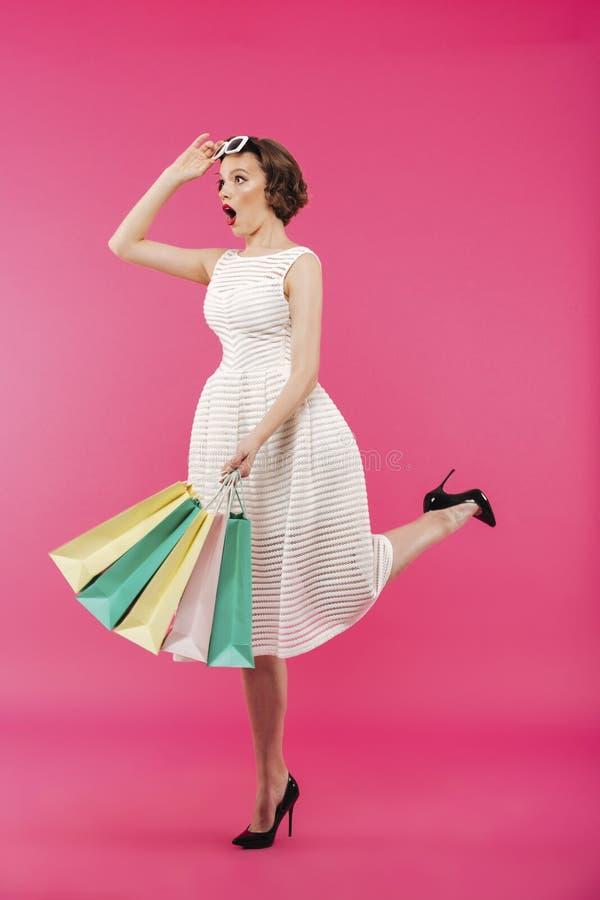 Volledig lengteportret van een geschokt meisje gekleed in kleding stock afbeeldingen