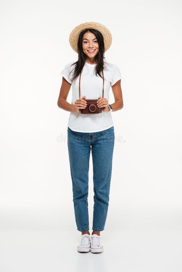 Volledig lengteportret van een glimlachende jonge vrouw in hoed royalty-vrije stock foto's