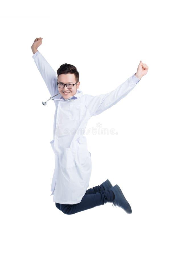 Volledig lengteportret van een jonge Aziatische arts die uit vreugde springen royalty-vrije stock foto