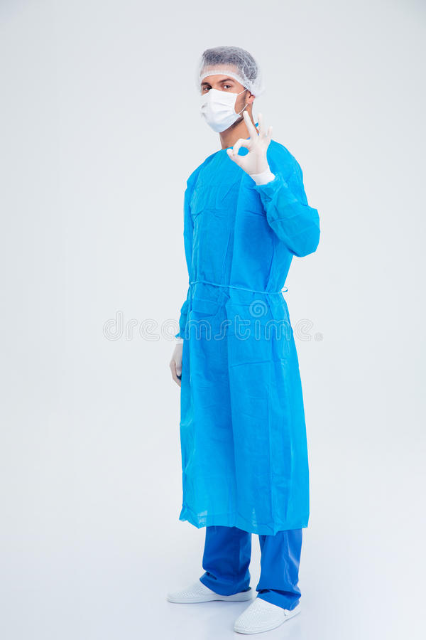 Volledig lengteportret van een mannelijke chirurg die o.k. teken tonen royalty-vrije stock foto's
