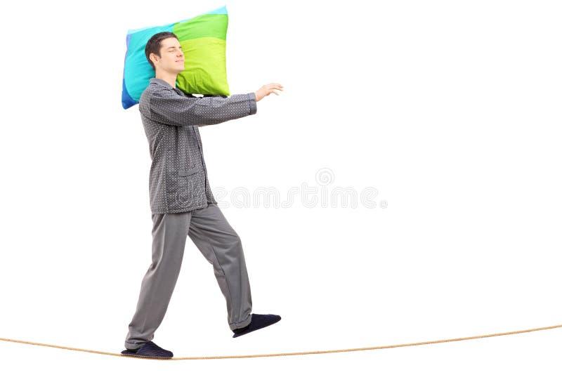 Volledig lengteportret van een mensenslaapwandelen op een kabel royalty-vrije stock fotografie