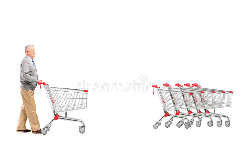 Volledig lengteportret van een rijpe mens die het lege winkelen terugkeren stock foto
