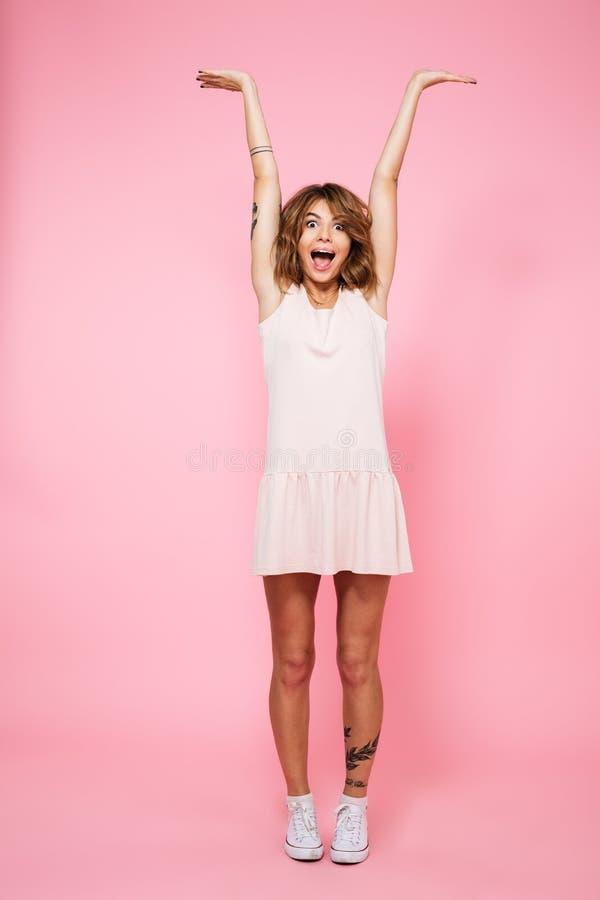 Volledig lengteportret van een vrolijk gelukkig meisje royalty-vrije stock afbeeldingen