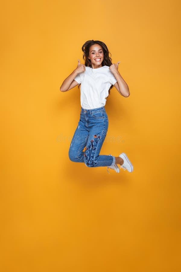 Volledig lengteportret van een vrolijk meisje met lang donker haar stock afbeeldingen