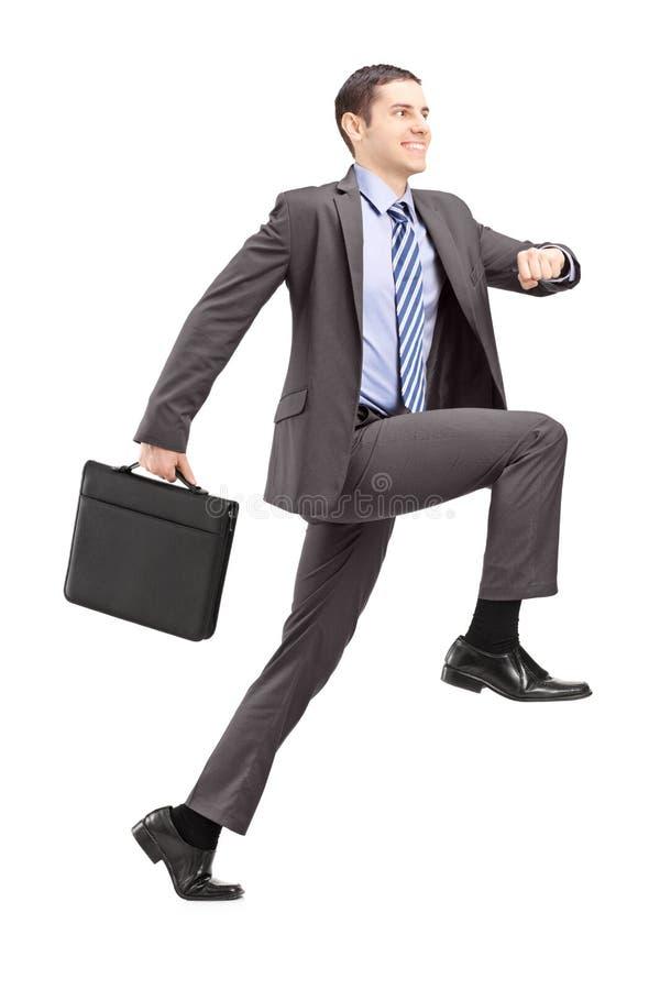 Volledig lengteportret van een zakenman die een reusachtige stap doen naar stock afbeelding