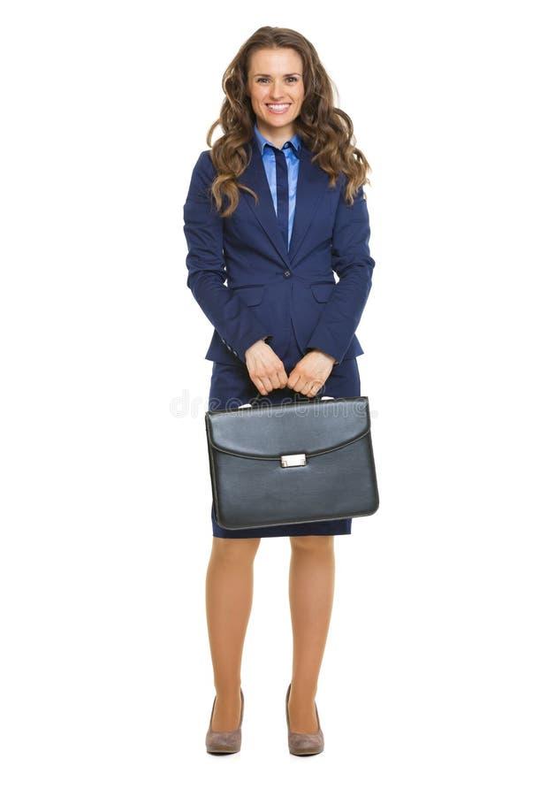 Volledig lengteportret van gelukkige bedrijfsvrouw met aktentas stock afbeeldingen