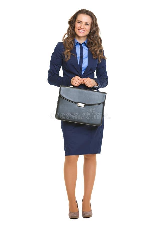 Volledig lengteportret van gelukkige bedrijfsvrouw met aktentas royalty-vrije stock afbeelding