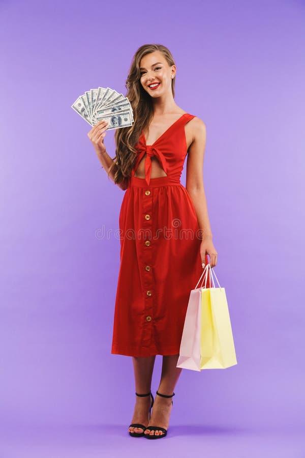 Volledig lengteportret van gelukkige vrouwenjaren '20 die rode kledingssmilin dragen royalty-vrije stock afbeelding