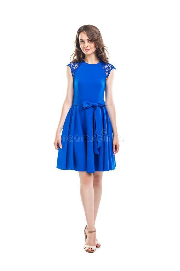 Volledig lengteportret van glimlachende mooie vrouw in blauwe kleding stock foto's