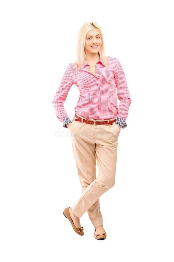 Volledig lengteportret van het jonge het glimlachen vrouw stellen stock afbeelding
