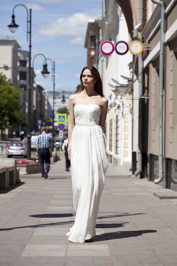 Volledig lengteportret van het mooie modelvrouw lopen in witte D stock fotografie