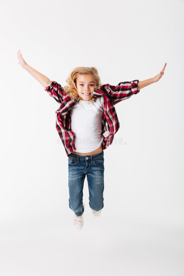 Volledig lengteportret van het vrolijke meisje springen stock foto
