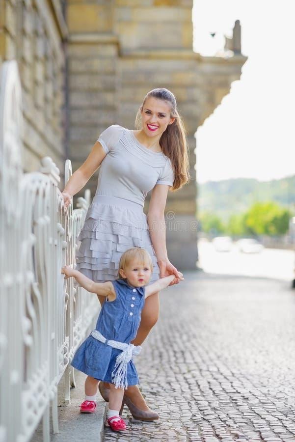 Volledig lengteportret van moeder en baby in stad royalty-vrije stock foto