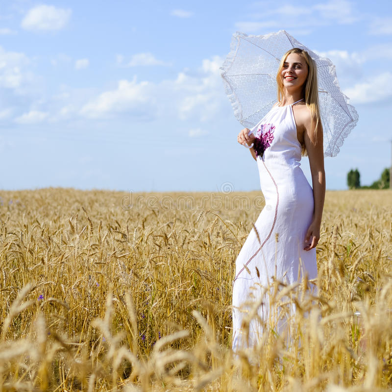 Volledig lengteportret van mooi blond wijfje royalty-vrije stock foto's