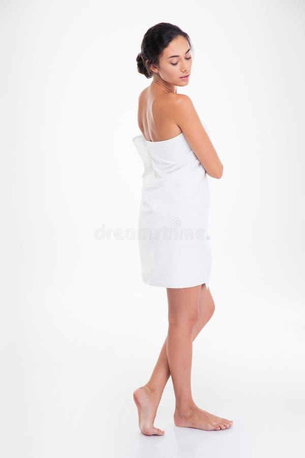 Volledig lengteportret van mooi meisje in handdoek stock foto