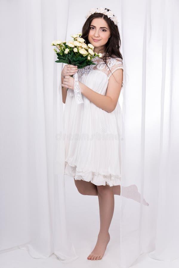 Volledig lengteportret van mooie bruid in witte kleding met stroom royalty-vrije stock foto