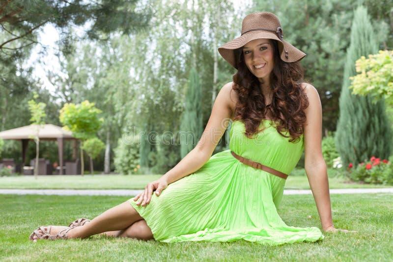 Volledig lengteportret van mooie jonge vrouw in sundress bij park royalty-vrije stock fotografie