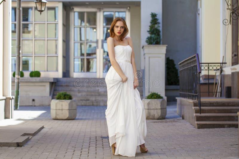 Volledig lengteportret van mooie modelvrouw met lange benenwea royalty-vrije stock afbeeldingen