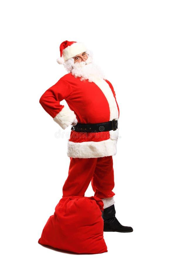 Volledig lengteportret van Santa Claus-het stellen dichtbij een zak royalty-vrije stock afbeeldingen