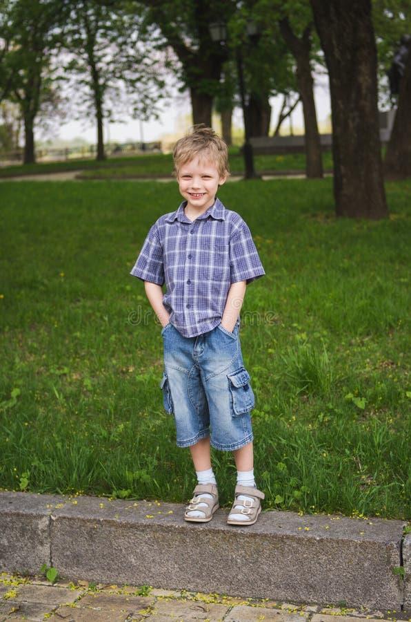 Volledig lengteportret van weinig leuke grappige jongen royalty-vrije stock foto's
