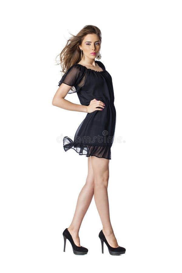 Volledig lengteschot van sexy vrouw in avond zwarte kleding stock foto