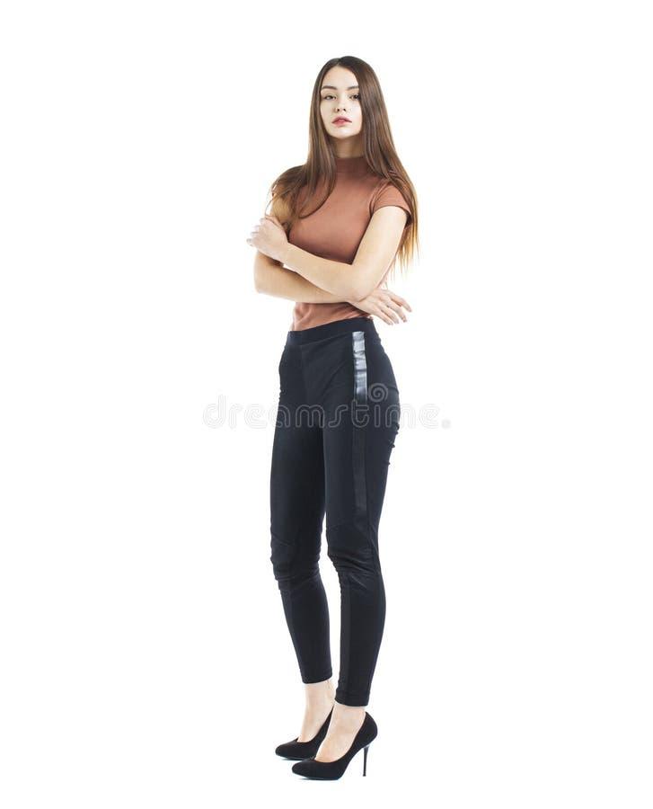 Volledig lichaam, Jonge mooie donkerbruine vrouw in zwarte broek stock fotografie