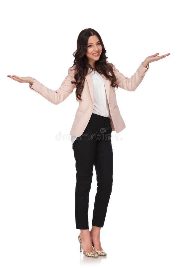 Volledig lichaamsbeeld van het gelukkige bedrijfsvrouw welkom heten stock fotografie