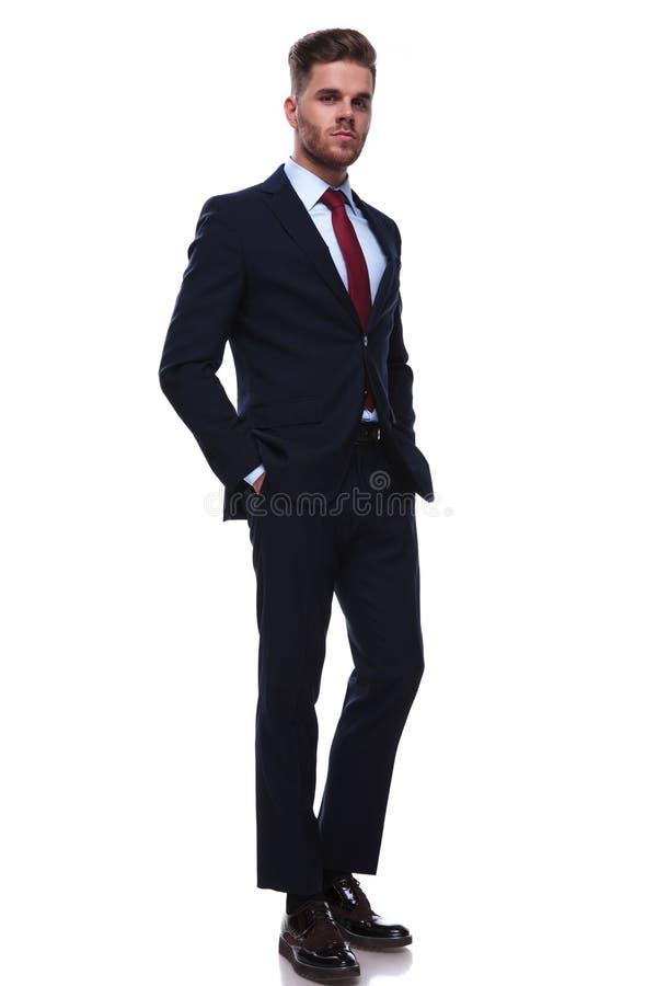 Volledig lichaamsbeeld van ontspannen jonge zakenman status stock foto