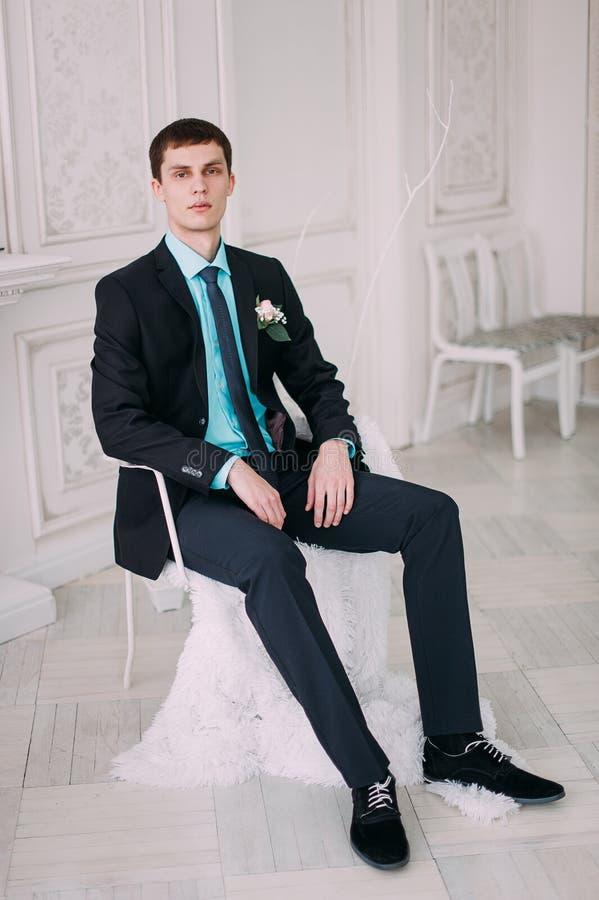 Volledig lichaamsportret van jonge modieuze zakenman in band en vest met handen op taille royalty-vrije stock foto's