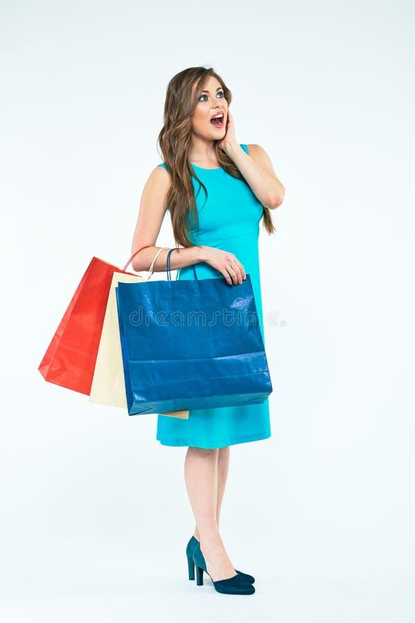 Volledig lichaamsportret van verraste jonge vrouw met het winkelen zakken royalty-vrije stock foto's