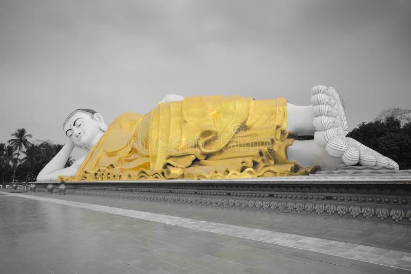 Volledig - mening van grote Mya Tha Lyaung Reclining of slaap Boedha in zwart-wit met gele robe royalty-vrije stock afbeeldingen