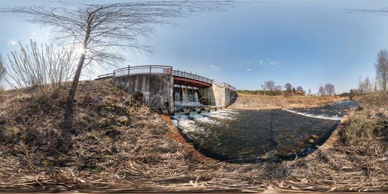 Volledig naadloos sferisch hdripanorama 360 de sluis van het de damslot van de hoekmening op de rivier overhaaste waterval Achter royalty-vrije stock foto
