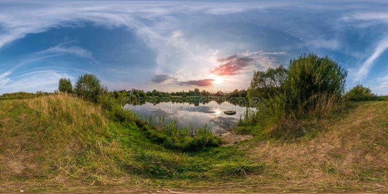 Volledig naadloos sferisch panorama 360 door hoek 180 bekijkt op de kust van klein meer in zonnige de zomeravond met ontzagwekken stock afbeelding