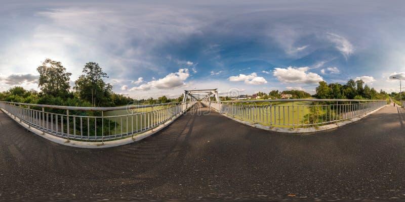 Volledig naadloos sferisch panorama 360 door 180 hoekmening dichtbij het kaderbouw van het ijzerstaal van voetbrug over de rivier royalty-vrije stock afbeeldingen